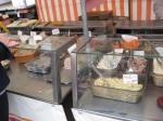 Pasteten, Salate, Schinken … Der Schinkenweltmeister ist leicht zu finden: Es ist der Stand mit der längsten Schlange, der weder Fisch noch Käse verkauft.
