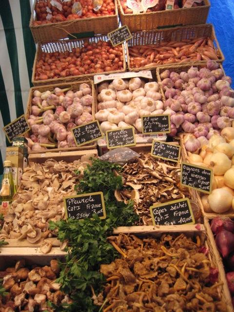 Pilze und Zwiebeln bei den Kartoffelmädels. Wir versuchen, unsere Gunst gleichmäßig zu verteilen. Letztes Mal also Pilze beim Pilzmännchen gekauft, und Kartoffeln bei den Kartoffelmädels.